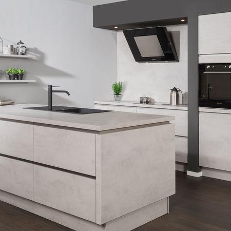 Strakke lichte keuken met kookeiland