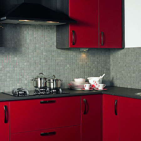 Rode keuken met Whirlpool-apparatuur