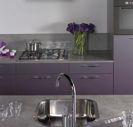 Donkere moderne keuken met kookeiland