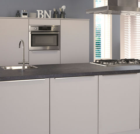 Witte keuken met kookeiland